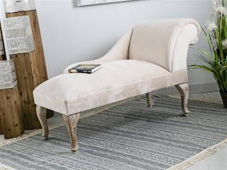 taburete divan tapizado en crema estilo clasico