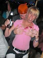 Lustige Party Bilder - junger Mann macht hässliche Frau an - Dating witzig