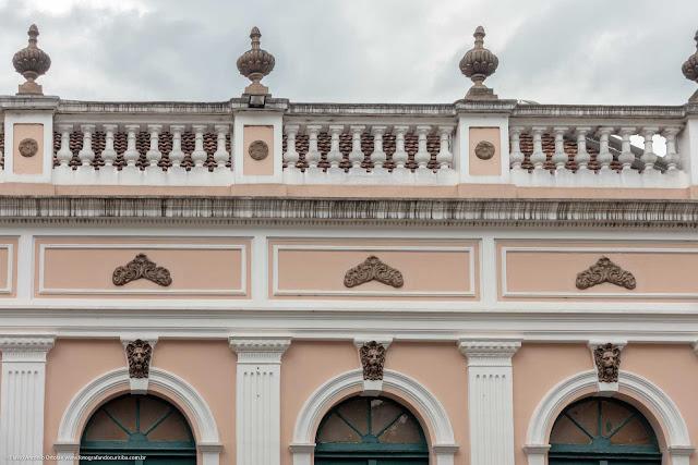 Detalhe de uma casa antiga na Rua Paula Gomes - platibanda com urnas