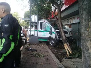 Choca ambulancia del IMSS con un árbol en la Colonia Roma