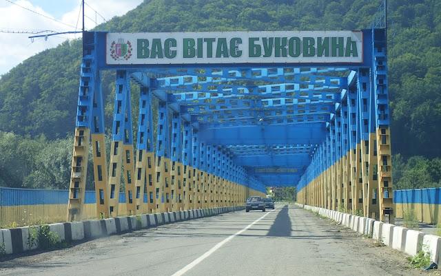 Most na Czeremoszu, pomalowany w modne ostatnio, narodowe barwy