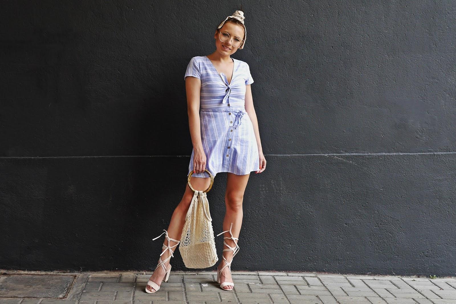 sukienka w pasy sinsay bezowe sandały bonprix siatka na zakupy torebka karyn blog modowy blogerka modowa