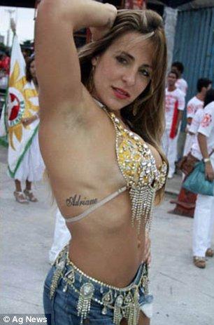 Joana Machado no Carnaval mostrando a Tatoo com o Nome de Adriano Imperador Tatuado na Pele Sobre as Costelas
