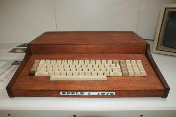 جهاز آبل 1 طراز عام 1976 يباع بمبلغ خيالي!