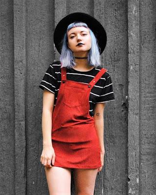 outfit vintage con overol rojo