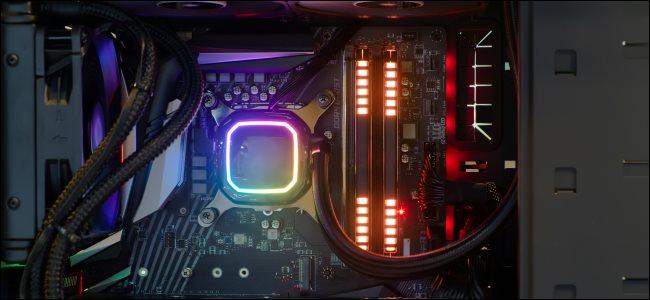 لقطة مقرّبة للوحة الأم للكمبيوتر المكتبي عالية الأداء المزودة بمصابيح LED.
