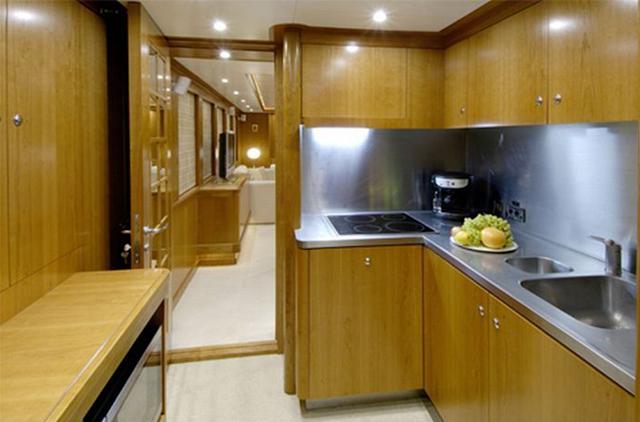 Кухня – самый скромный уголок роскошной яхты