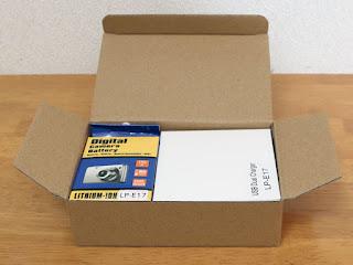Asperx LP-E17リチウムイオン充電式バッテリー&充電器セットホントにぴったりサイズの箱です。電池2個に、充電器1個