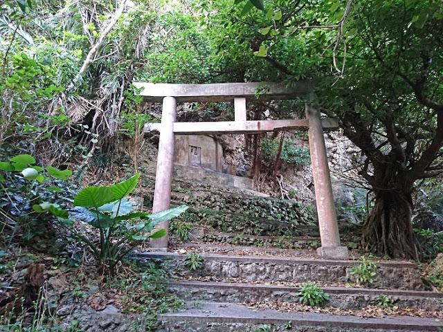浜比嘉島のノロ墓の写真