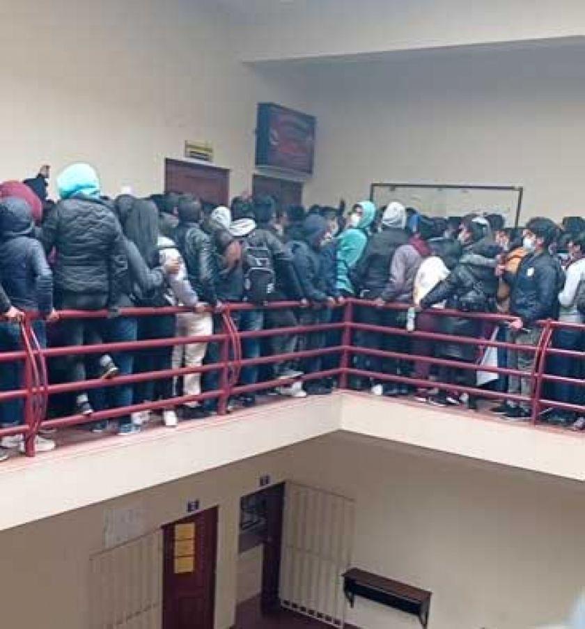 Un centenar de jóvenes copó los pasillos del cuarto piso del bloque B de la UPEA / RRSS