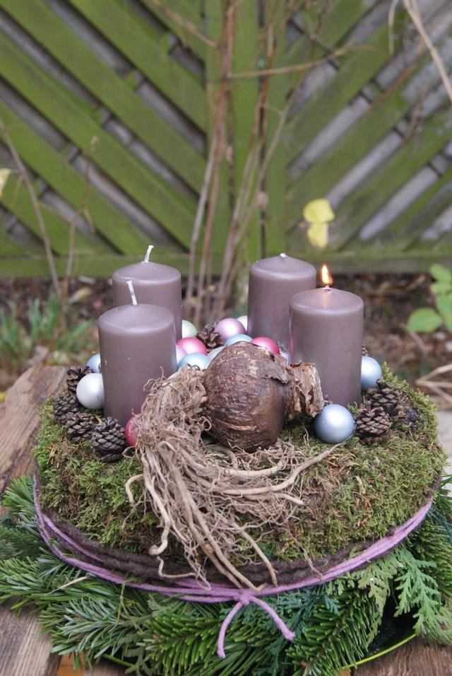 DIY Adventskranz aus Moos mit Amaryllis, Zapfen und Kugeln