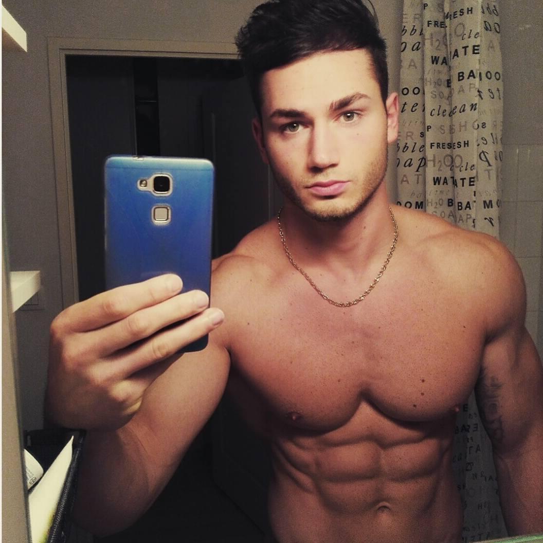 sexy-bare-chest-fit-male-body-nicolas-gomez-selfie