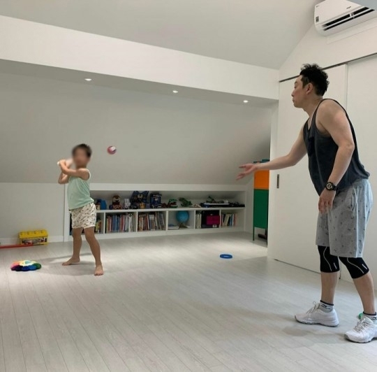 Lee Hwi Jae and wife apologize for disrupting neighbors by being noisy in their apartment