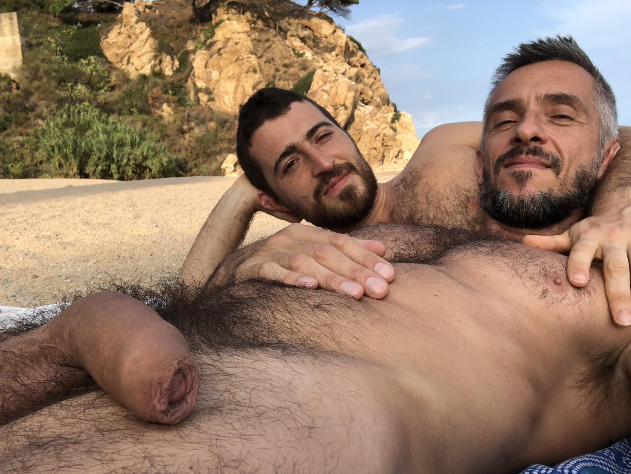 en la playa desnudo