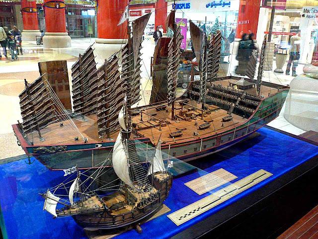 Réplicas de nau do explorador Zheng He e de uma caravela de Colombo