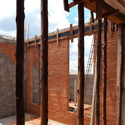 As vigas de concreto aparente sobre as paredes de tijolinhos comuns receberam formas de madeira compensada, mais lisas que as formas convencionais, permitindo um acabamento mais homogêneo a partir do uso de vibradores na fase de concretagem.