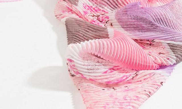 sciarpa rosa a fiori per la primavera
