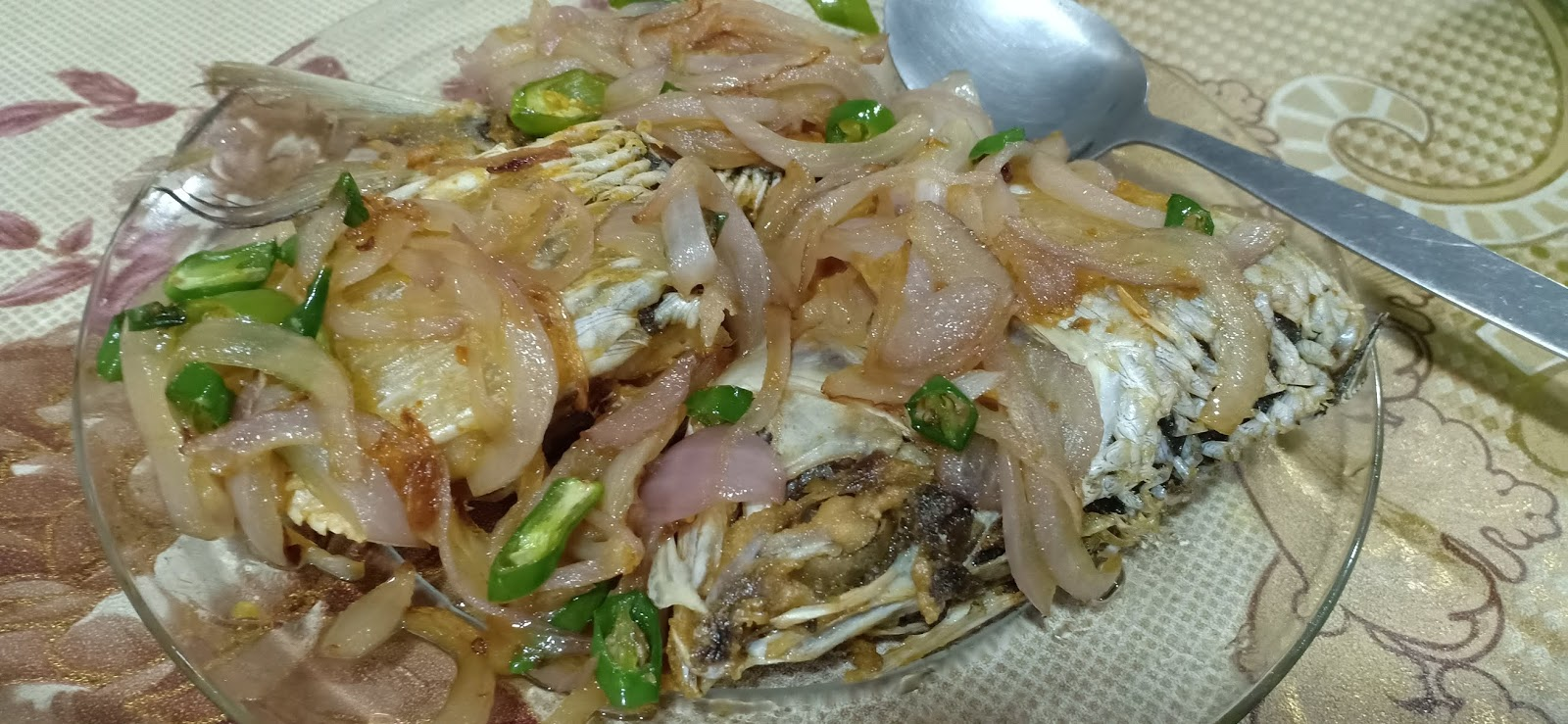 Ikan terubuk masin goreng dengan bawang dan cili padi