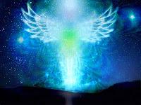 Gece gökyüzünde parıldayan bir melek tasviri