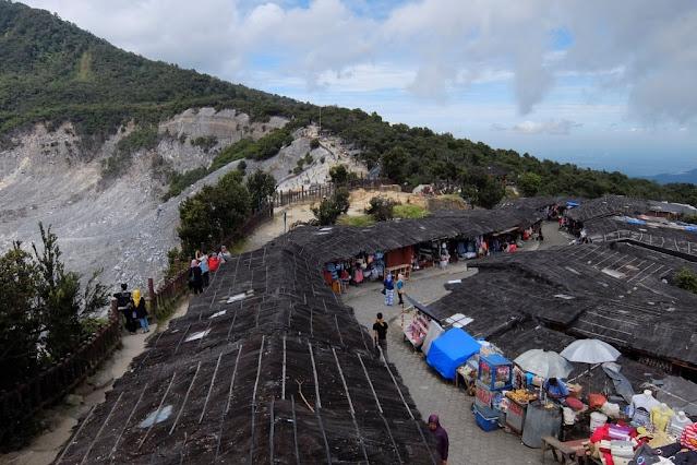 https://www.istockphoto.com/photo/panoramic-view-of-tangkuban-perahu-crater-gm629676366-112118459 4