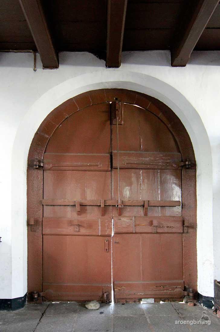 pintu kayu gereja sion jakarta