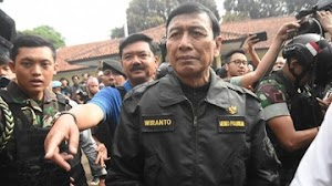Pakai Jaket Bomber, Wiranto Tinggalkan RSPAD Gatot Soebroto
