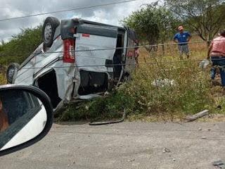 Van carregada de passageiros tomba e deixa pessoas feridas na AL 220 no sertão Alagono.