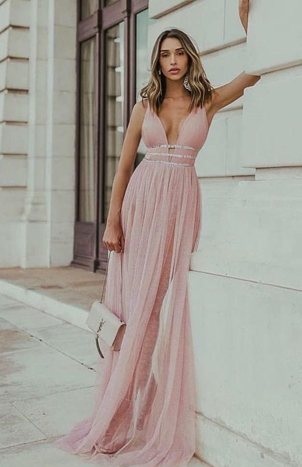 vestido longo rose com detalhe prateado na cintura e transparência nas pernas