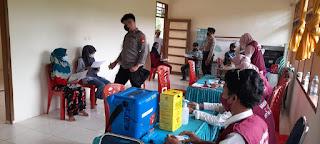 Bhabinkamtibmas Polsek Anggeraja Polres Enrekang Dampingi Puskesmas Anggeraja Laksanakan Vaksin di Desa  Salu Dewata