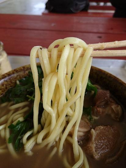 山羊そばの麺の写真