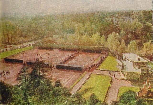"""Начало 1960-х годов. Рига. Межапарк. Теннисные корты (фото из альбома """"Рига-Юрмала-Сигулда"""", Латвийское государственное издательство, Рига, 1963 год)."""
