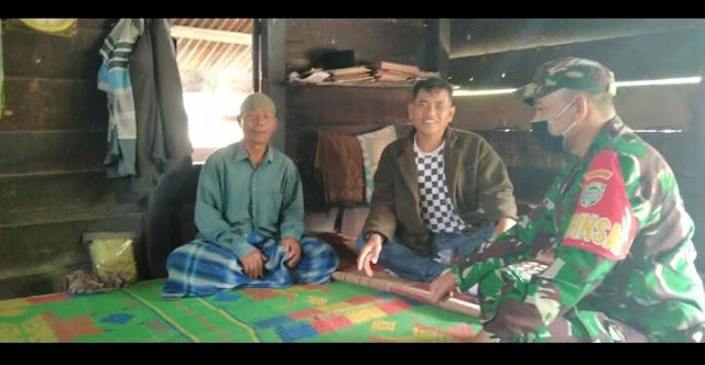 Babinsa Komsos Dengan Warga Desa Binaan
