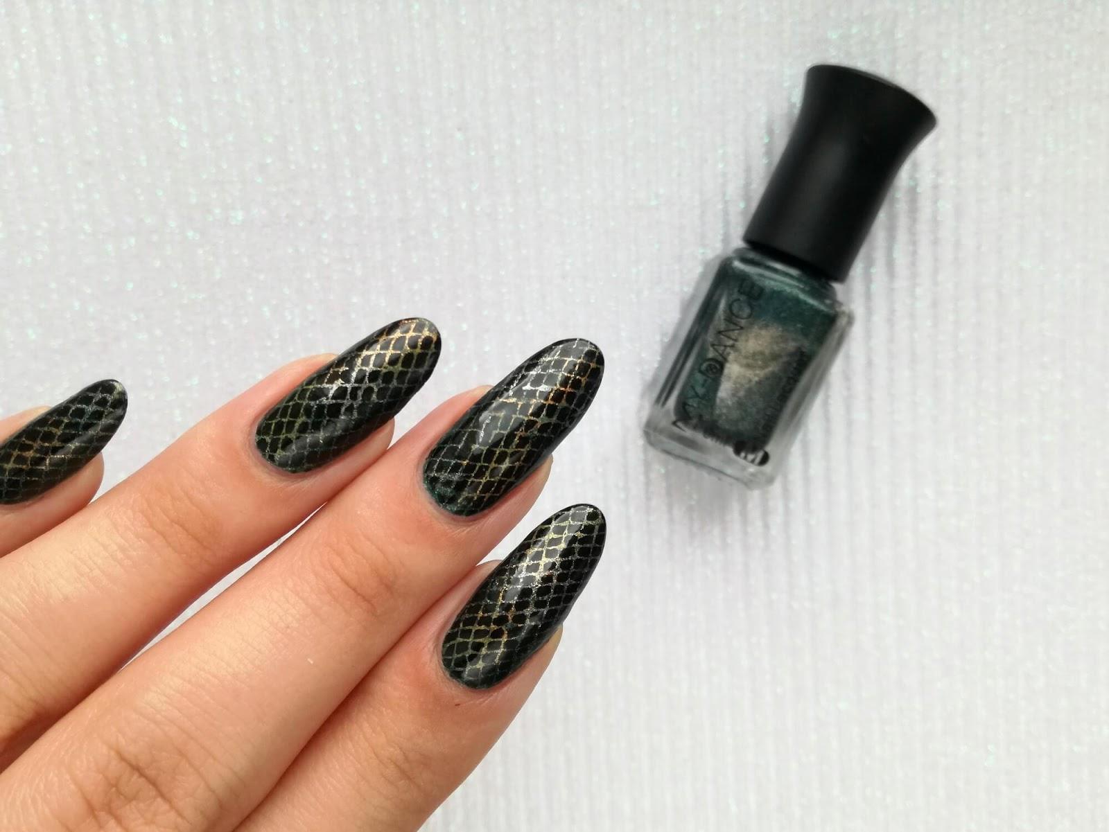 skóra węża na paznokciach