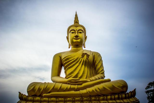 البوذية هي في معظمها دين فلسفي مع عدد قليل جدا  من المعتقدات الخارقة للطبيعة