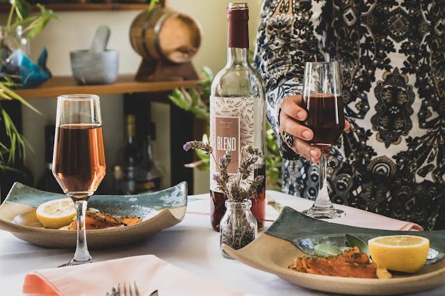 mesa posta com hidromel, jogo de mesa e pratos de cerâmica