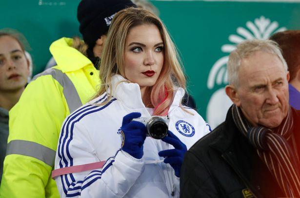 Hermosa fan usa chamarra del Chelsea en un partido del Everton vs Manchester y la critican