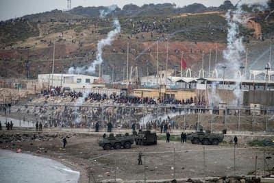 خطير: القنابل المسيلة للدموع والرصاص المطاطي لوقف تدفق المهاجرين على سبتة المحتلة