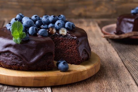 Csokis, áfonyás süti - Pillekönnyű, bögrés kakaós tészta