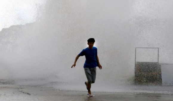 7 Foto Mengerikan Saat Topan Hantam Daratan Cina