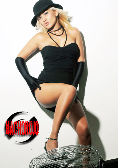 sexy escort independiente posando en estudio de fotografo erotico