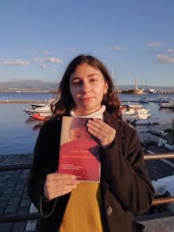 """Letizia con il suo libro preferito tra le mani """"Il gusto proibito dello zenzero"""" di Jamie Ford"""