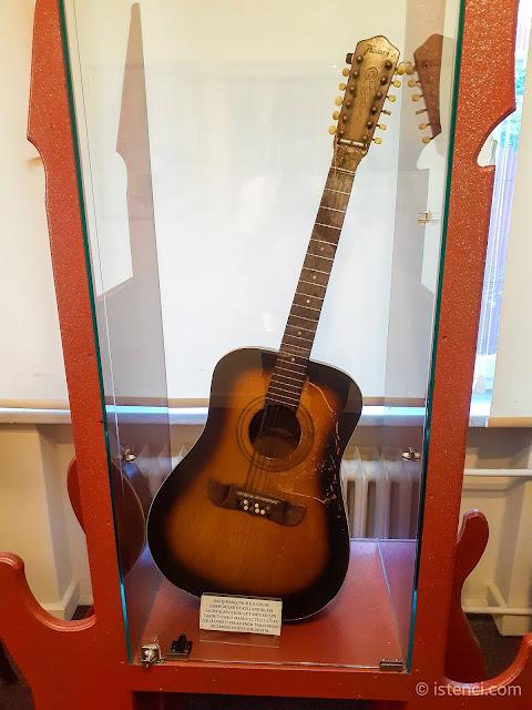 Barış Manço 81300 Müzesi: Barış Manço'nun ilk grubu Harmoniler'de kullandıkları ve defalarca kırılıp tamir edilen tarihi Framus marka 12 telli gitar. İlk gitaristi Ender Enön tarafından müzeye hediye edilmiştir...