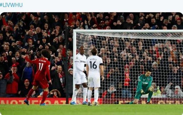 Penyerang Liverpool, Mohamed Salah (kiri), merayakan gol yang dicetak ke gawang West Ham United dalam laga Liga Inggris di Stadion Anfield, Senin (24/2/2020).