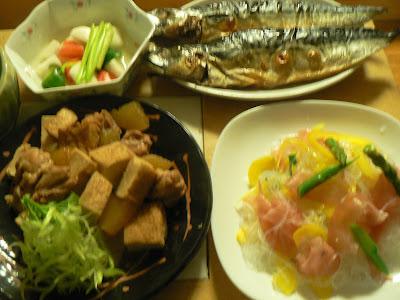 夕食の献立 サバ文化干し 鶏の煮物 生ハムと春雨サラダ カブの浅漬け