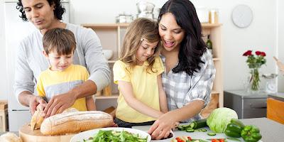 Mengajak anak masak adalah cara mengatasi anak susah makan
