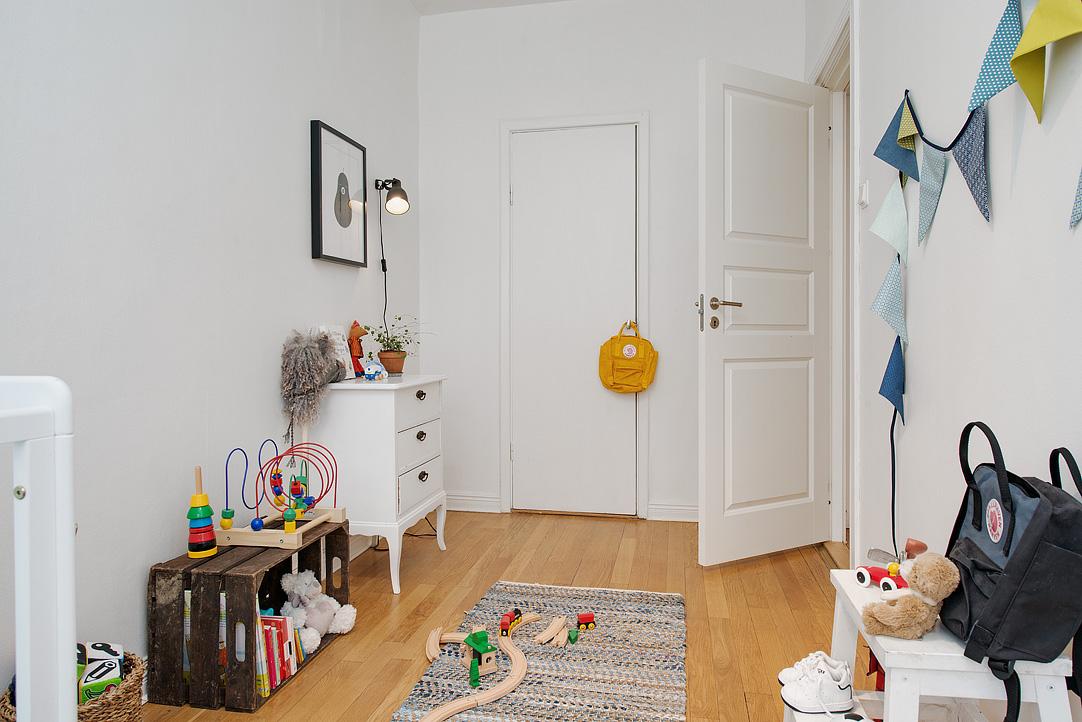 Una pizca de hogar piso 10 minimalista con toques retros - Decoracion puertas blancas ...