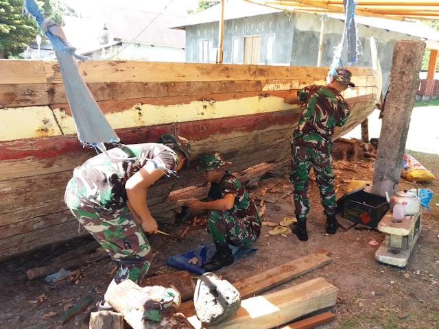 Prajurit TNI Satgas Yonif RK 136 TS Bantu Perbaiki Perahu Milik Warga