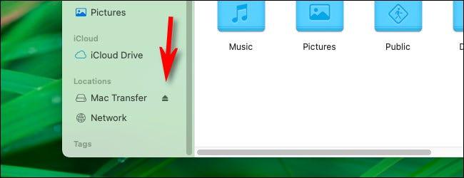انقر فوق رمز الإخراج الصغير في الشريط الجانبي لـ Finder.