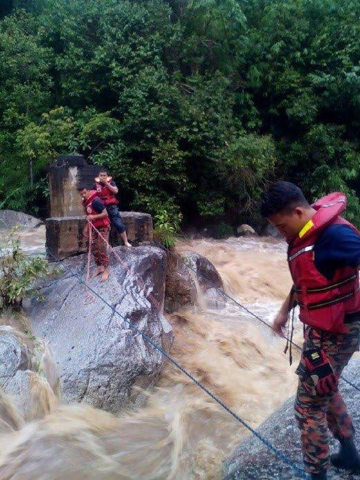 Kepala Air, 2  Remaja Terperangkap Atas Batu