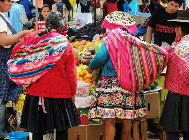 Nativos na feira de Pisac no Peru